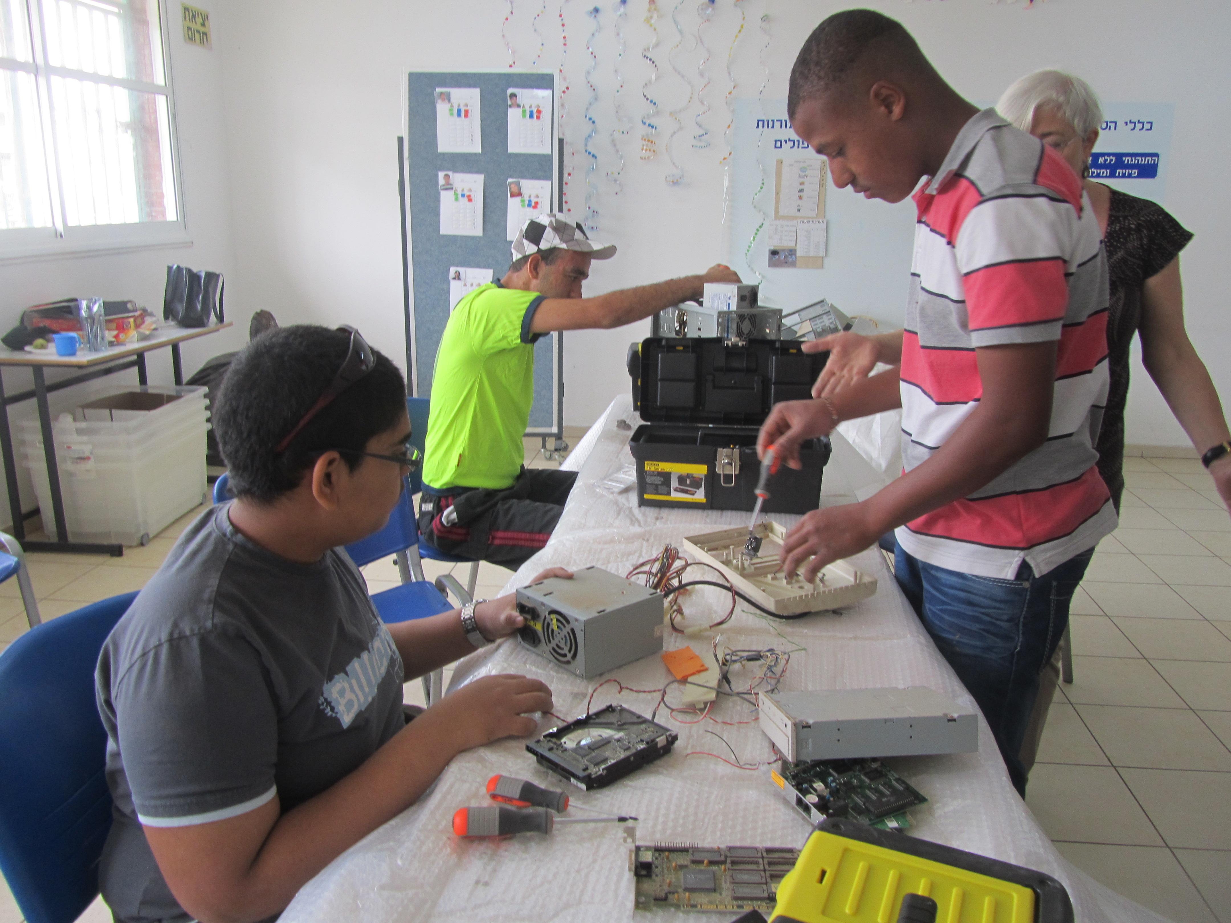 פירוק פסולת אלקטרונית בבית ספר יובלים