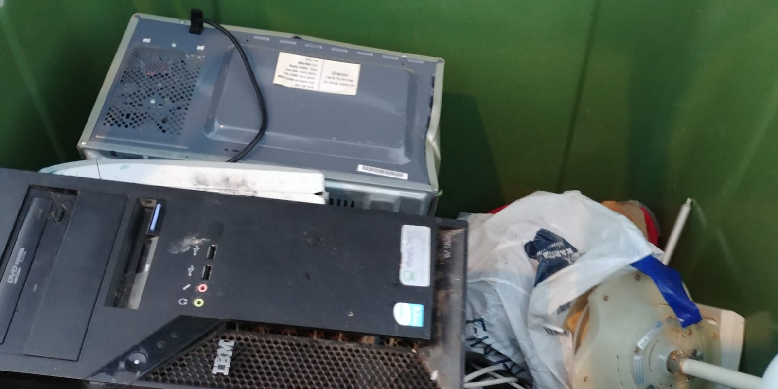 פסולת אלקטרונית בפחי המיחזור בקדימה צורן